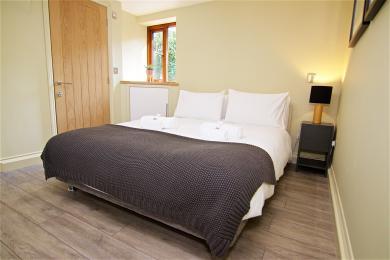 Ground floor king sized bedroom with en-suite shower room