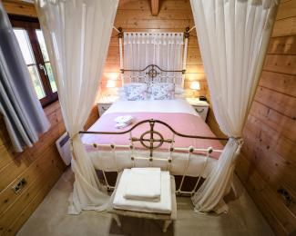 Master bedroom - Woodpecker Lodge