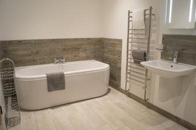 Bedroom 2 ensuite with bath