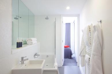 Maxi - main bathroom (bath with shower over)