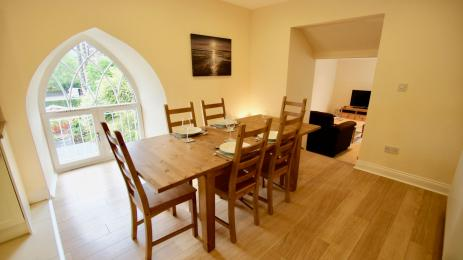 Earnview Court dining area