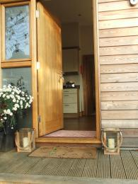 The step from the gravelled drive onto the timber walkway  is 15 cm/6 ins deep . Threshold to the front door  is 11.5 cm/4.5 in.