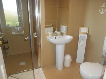 Cottage suite en suite bathroom