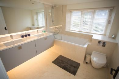 Family bathroom that serves the two top floor bedrooms