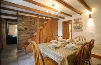 Hollowtree Cottage dining room.