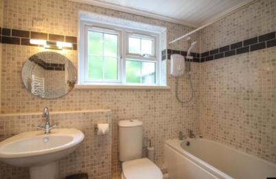 Hollowtree cottage bathroom suite