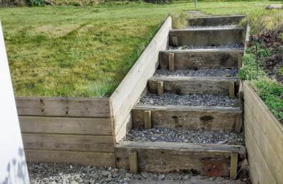 Access to Little Causewll garden via the steps.