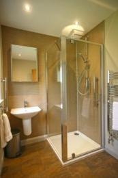Shower room with shower cubicle and wall-mounted basin