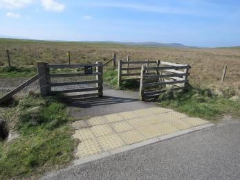 Main entrance to trails from roadside at Brodgar
