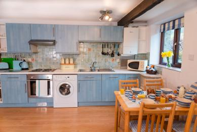Blackberry Cottage's kitchen, with a mix of units at both low and high level.