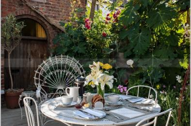 Alfresco breakfast dining at Swan House