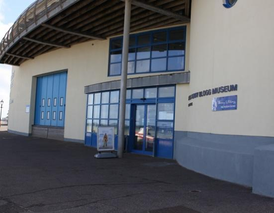 Museum entrance with level access and automatic doors.